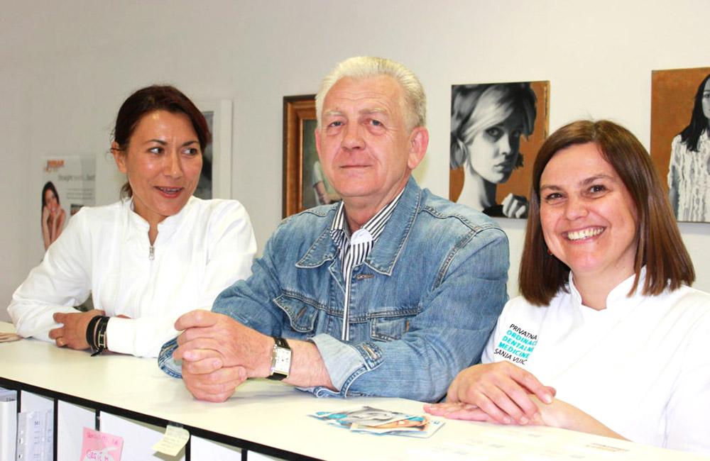 Doktorica Sanja Vuić i voditeljica ordinacije Sandra Basler sa zadovoljnim pacijentom, Valerijem Melnikovom