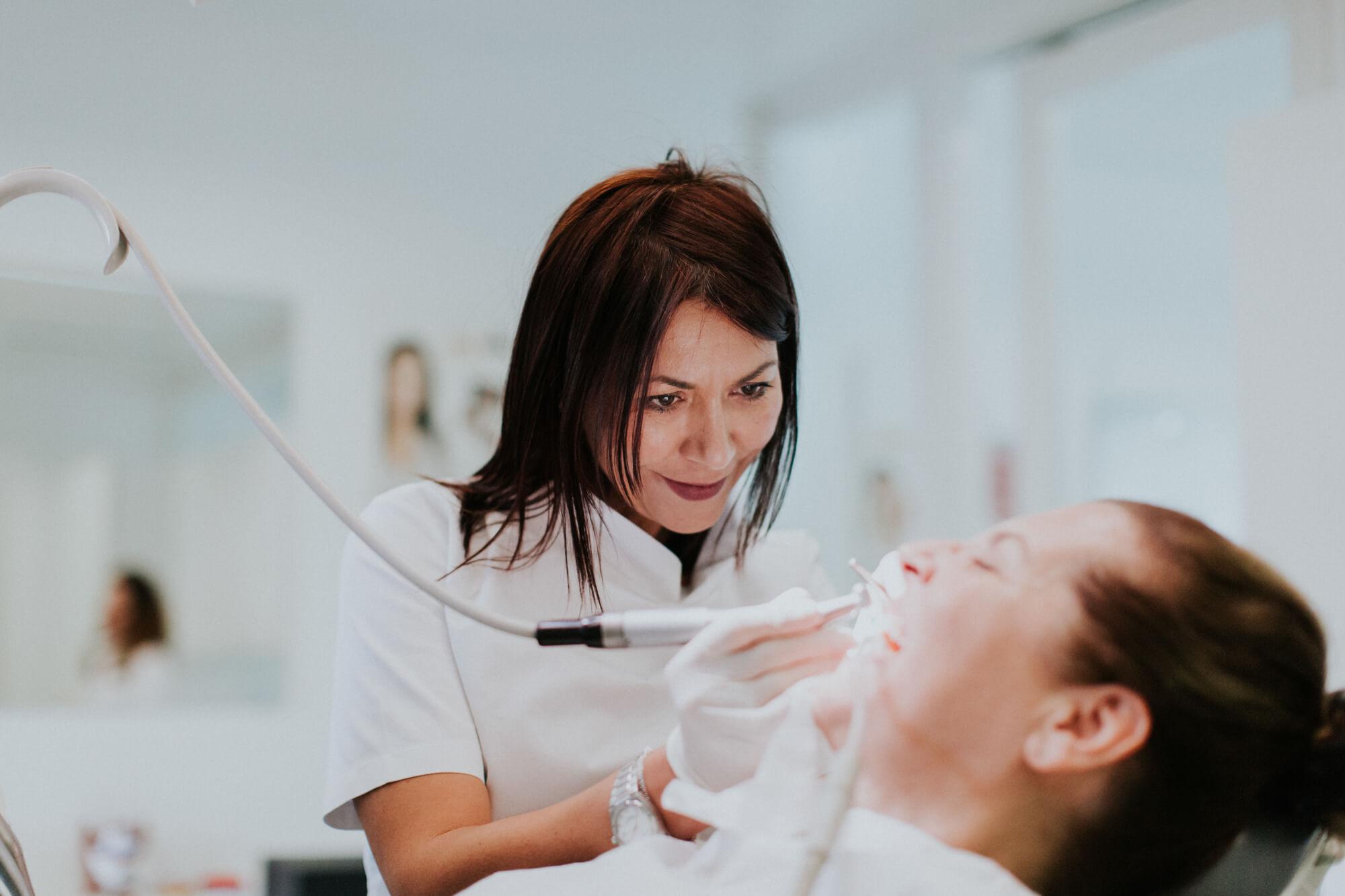 liječenje parodontoze i krvarenja desni uklanjanjem kamenca