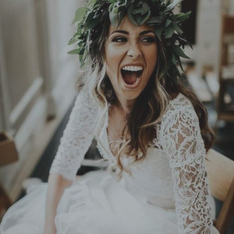 Kako uljepšati zube prije vjenčanja, mladenka u vjenčanici s lijepim, bijelim osmijehom