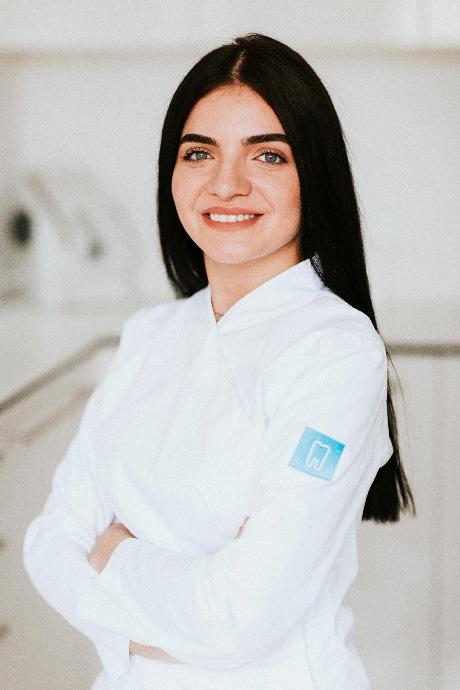 Nora je najmlađa članica tima, od 2019. godine kada je završila Srednju medicinsku školu za dentalnu asistenticu u Zagrebu. Njen entuzijazam i želja za učenjem čine ju idealnom za naš tim. Nora je topla, vesela i vrlo odgovorna u poslu.